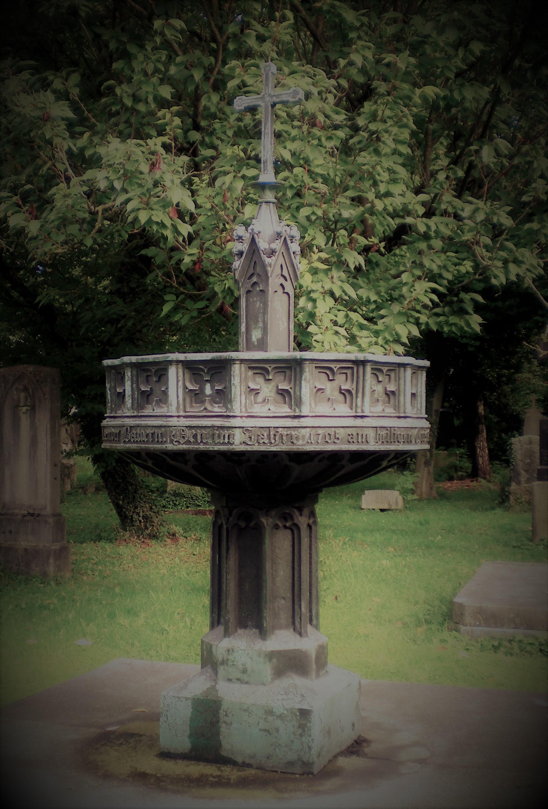 Auf dem Friedhof findet man eine ganze Reihe interessanter Denkmähler. So zum Beispiel das Denkmal zur Erinnerung an die Opfer des Bauernaufstandes, der Sendlinger Mordweihnacht von 1705. Foto: Karl Schillinger, CC0