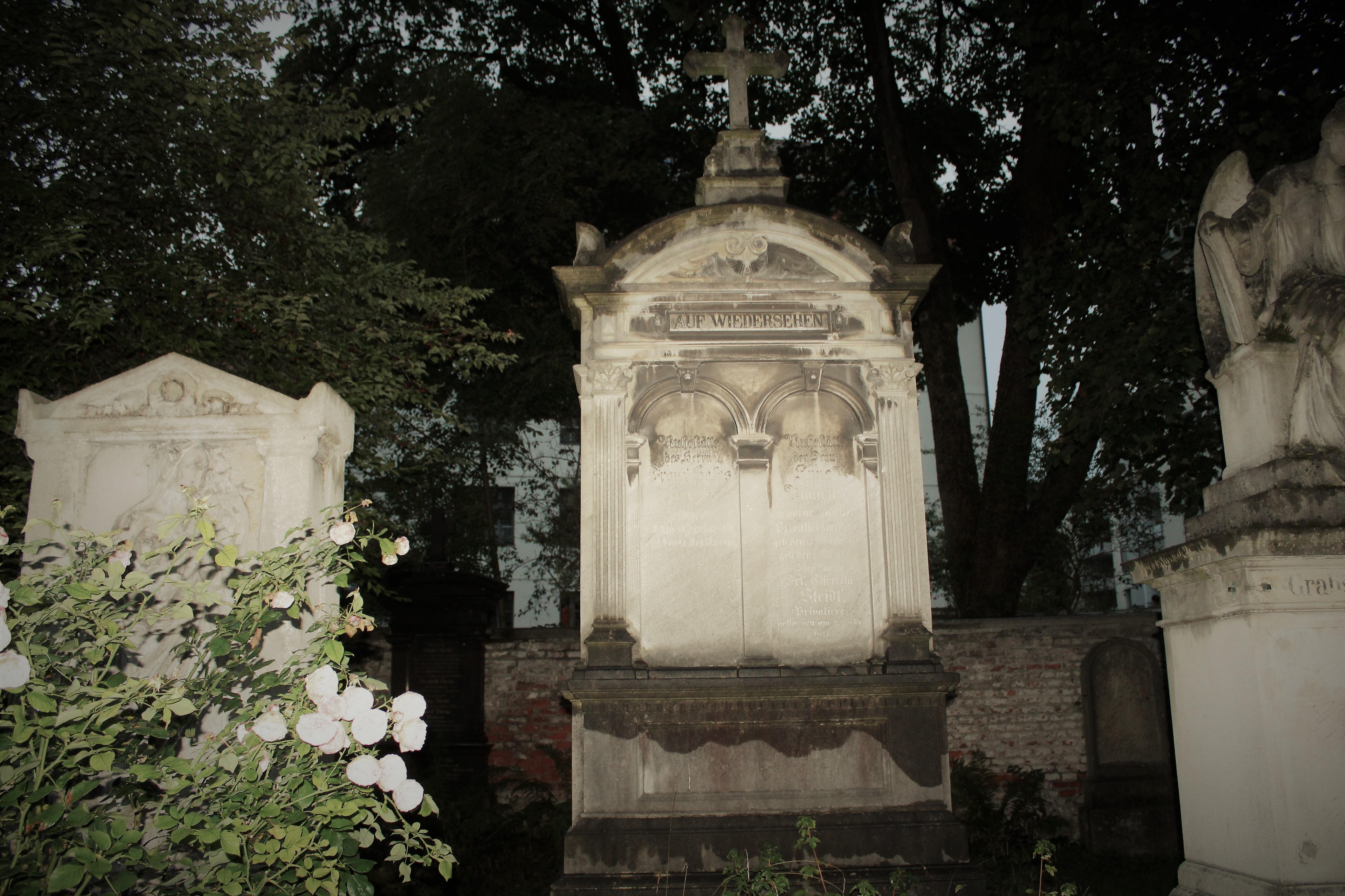 Der Alte Südliche Friedhof wurde 1563 als Friedhof für Arme, Durchreisende und Epidemieopfer außerhalb der Stadtmauer Münchens einige hundert Meter südlich des Sendlinger Tors angelegt.